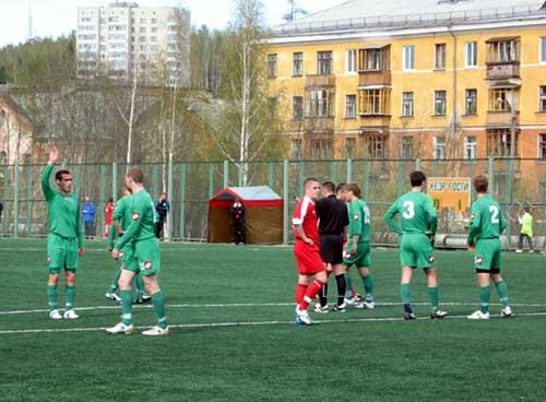 Футболисты Кедра готовятся пробить штрафной