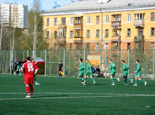 Футболисты Кедра празднуют забитый гол