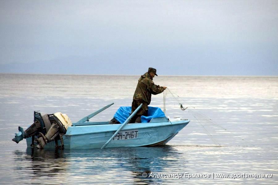 ловля рыбы сетью с лодки