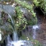 Ручей с карстовым гротом у деревни Глекмашор