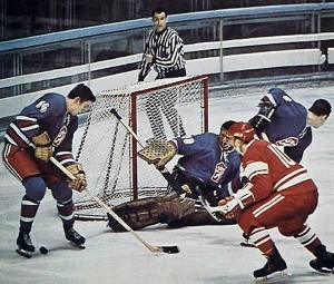В хоккей играют сборные Чехословакии и СССР - фото